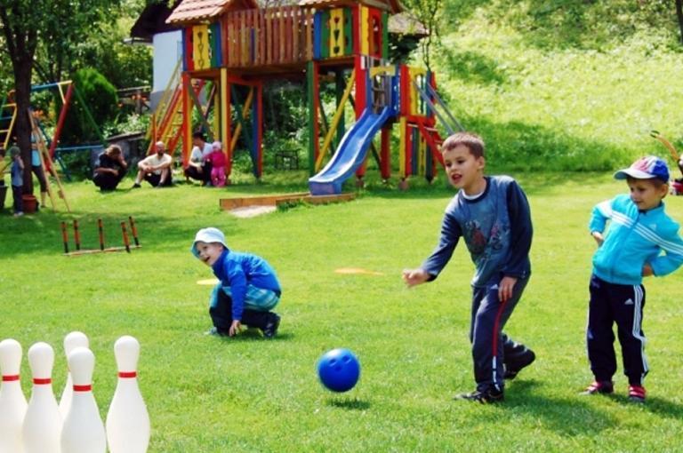 Deti sa hrajú nabowlingu